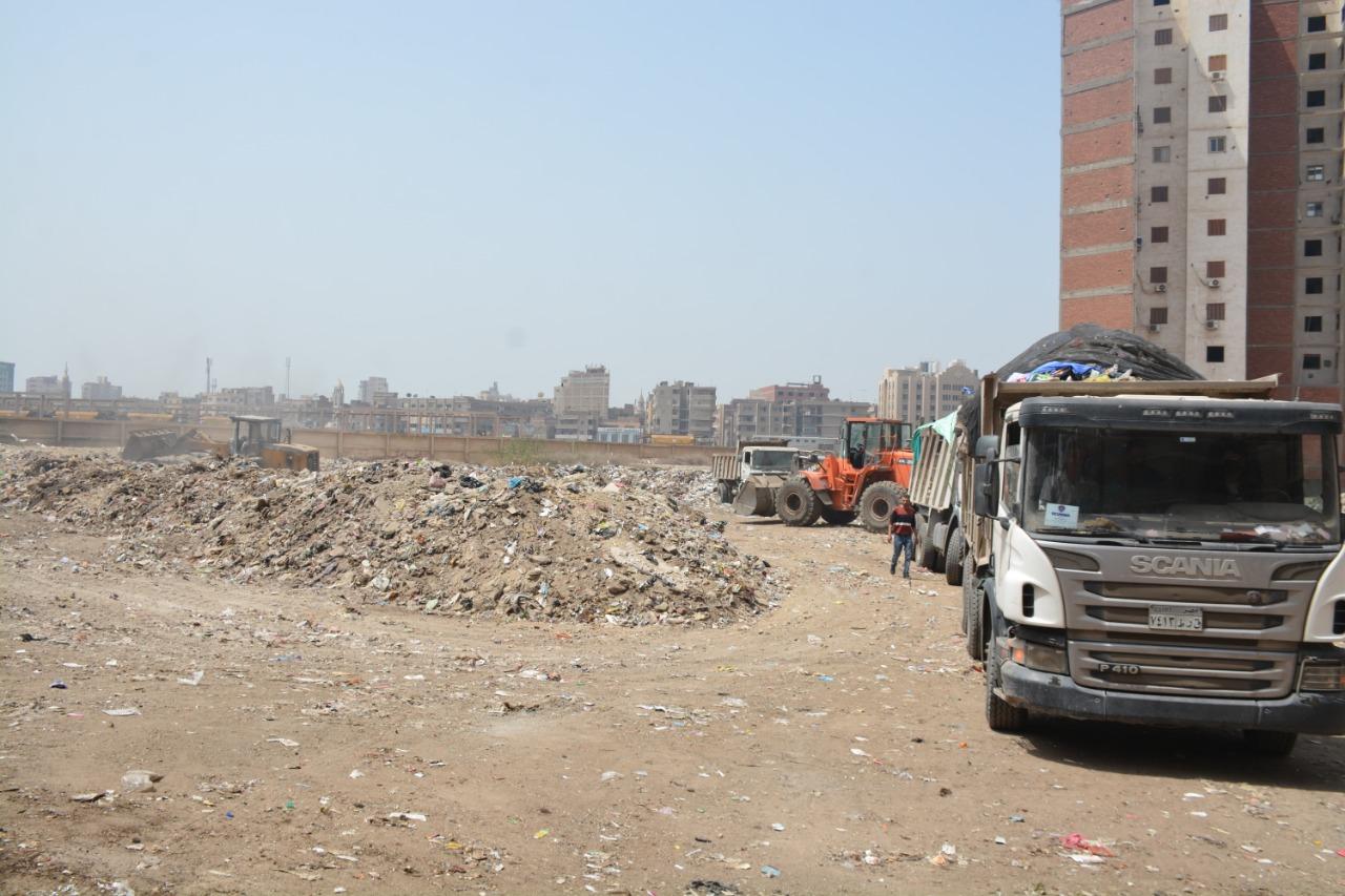 خلال رفع القمامة