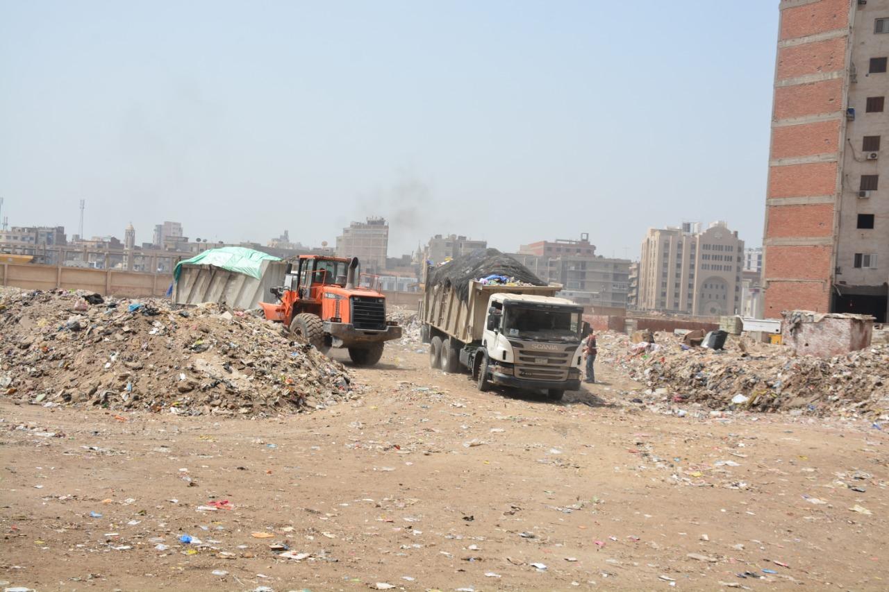 خلال رفع تراكمات القمامة من قطعة أرض فضاء