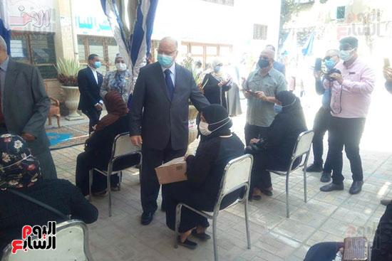 محافظ القاهرة يوزع سلع غذائية على أسر بالدرب الأحمر وروضة السيدة (3)