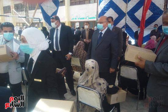 محافظ القاهرة يوزع سلع غذائية على أسر بالدرب الأحمر وروضة السيدة (2)