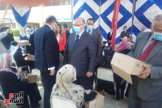 محافظ القاهرة يوزع سلع غذائية على أسر بالدرب الأحمر وروضة السيدة (1)