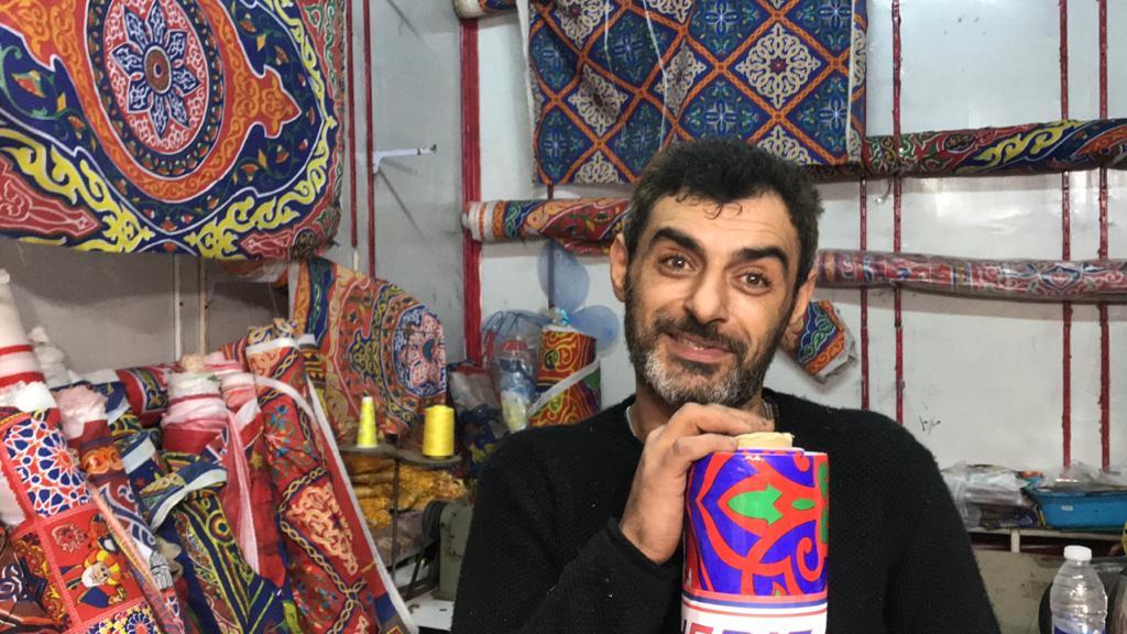 رامى حلمى صاحب محل لبيع زينة وفوانيس رمضان