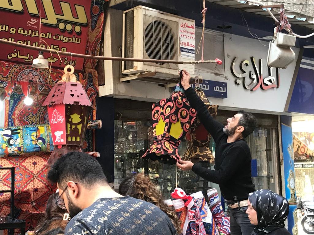إقبال من المواطنين لشراء زينة وفوانيس رمضان من محل رامى (2)