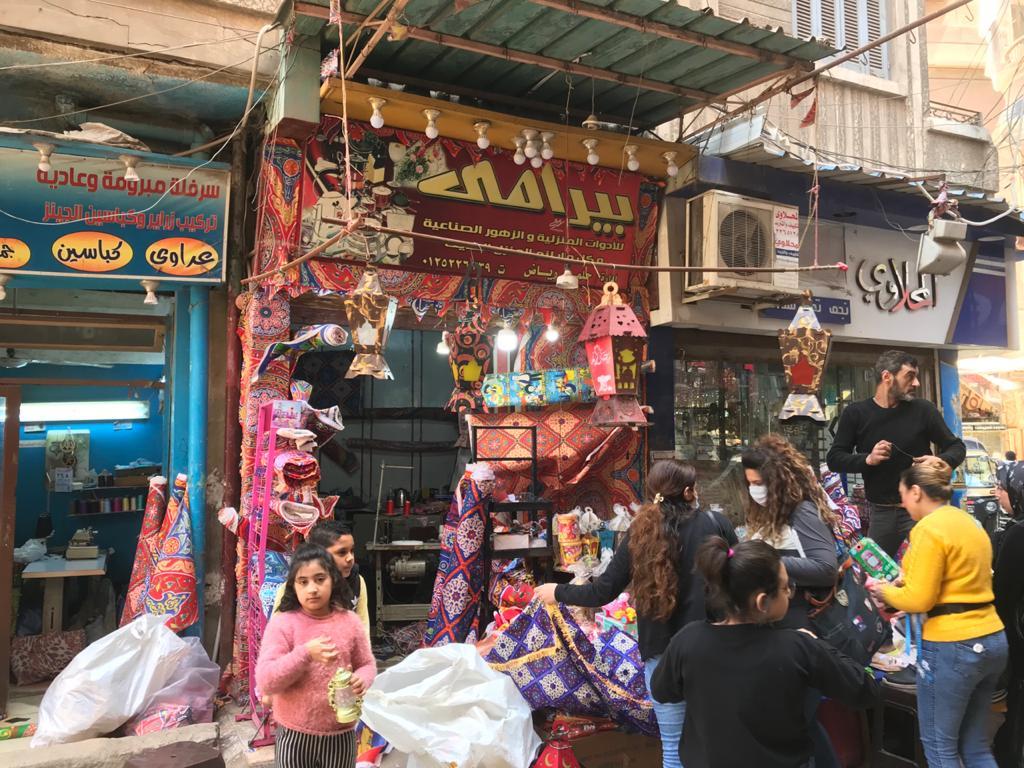 إقبال من المواطنين لشراء زينة وفوانيس رمضان من محل رامى (1)