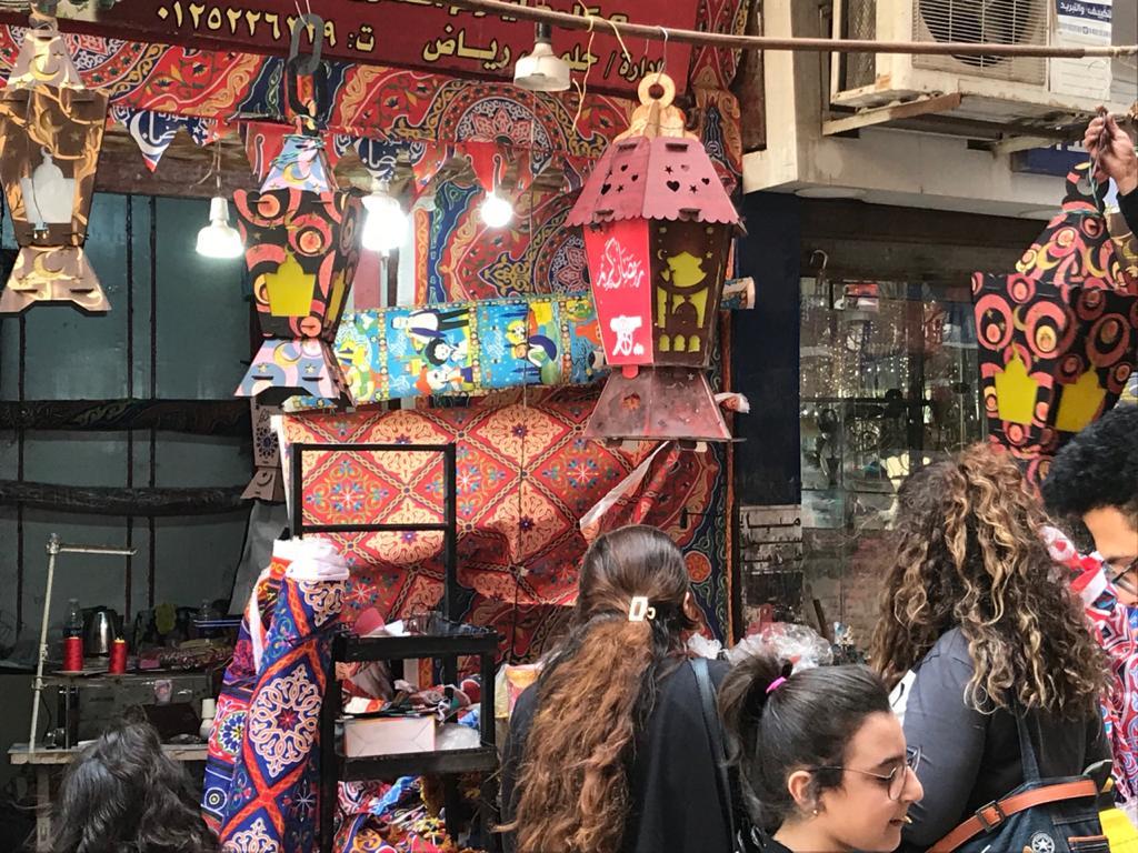 إقبال من المواطنين لشراء زينة وفوانيس رمضان من محل رامى (4)