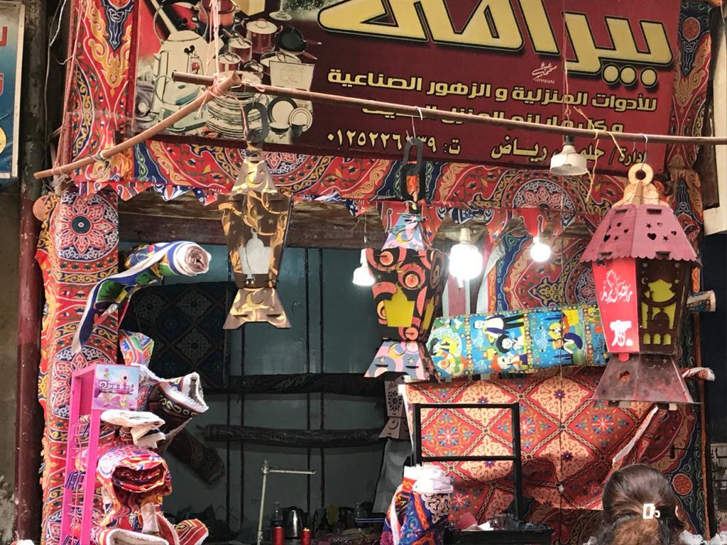 إقبال من المواطنين لشراء زينة وفوانيس رمضان من محل رامى (3)