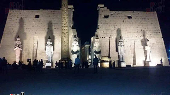 المشهد الأخير لتماثيل الملك رمسيس بواجهة معبد الأقصر