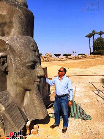 أمين الأعلي للآثار رئيس البعثة التي أعادت تماثيل الملك لموقعها بواجهة المعبد