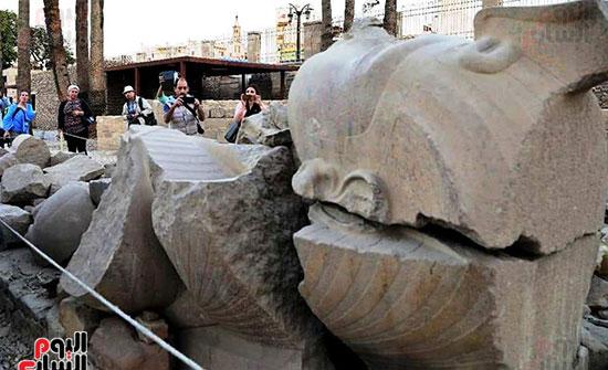أحد التماثيل يحظي باهتمام وسائل الإعلام المحلية والعالمية