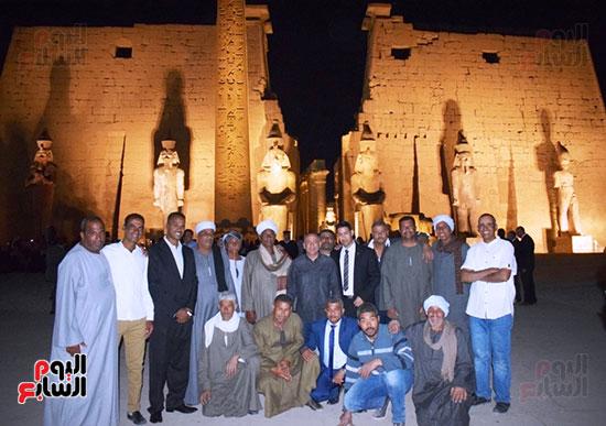 فريق البعثة الأثرية أبطال الملحمة أمام واجهة المعبد