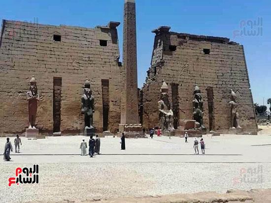الأهالي والسائحون يحتفون بعودة واجهة المعبد لما كانت عليه أيام الفراعنة