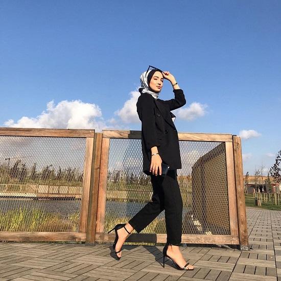 أفكار لتنسيق ملابسك السوداء مع الحجاب (11)