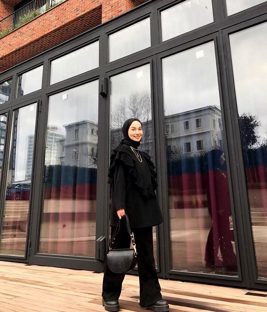 أفكار لتنسيق ملابسك السوداء مع الحجاب (7)