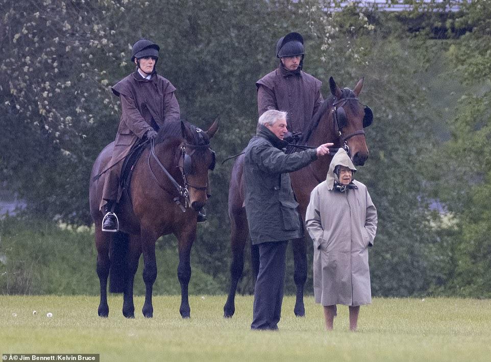 الملكة اليزابيث تتفقد الخيول