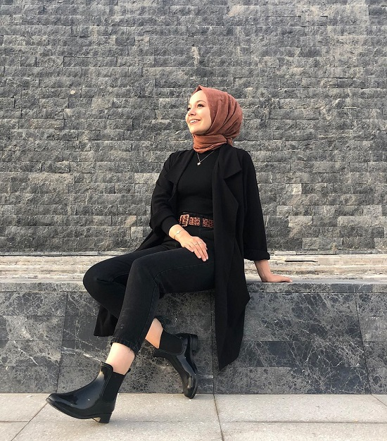أفكار لتنسيق ملابسك السوداء مع الحجاب (6)