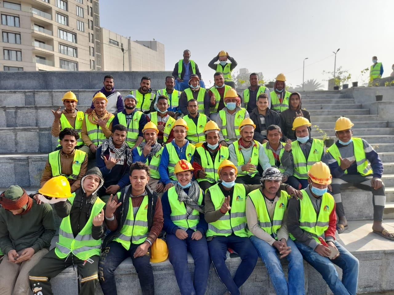 العمال يحتفلون بعيدهم وسط الماكينات بالتزامن مع الحر والصيام