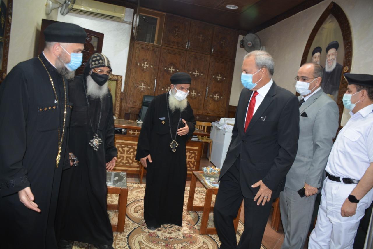 محافظ القليوبية ومدير الأمن يهنئان الأنبا مكسيموس بعيد القيامة المجيد (2)
