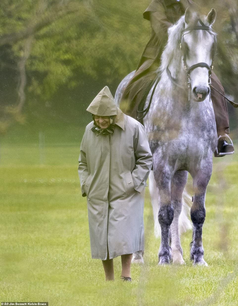 الملكة تتفقد خيول زوجها الامير فيلب