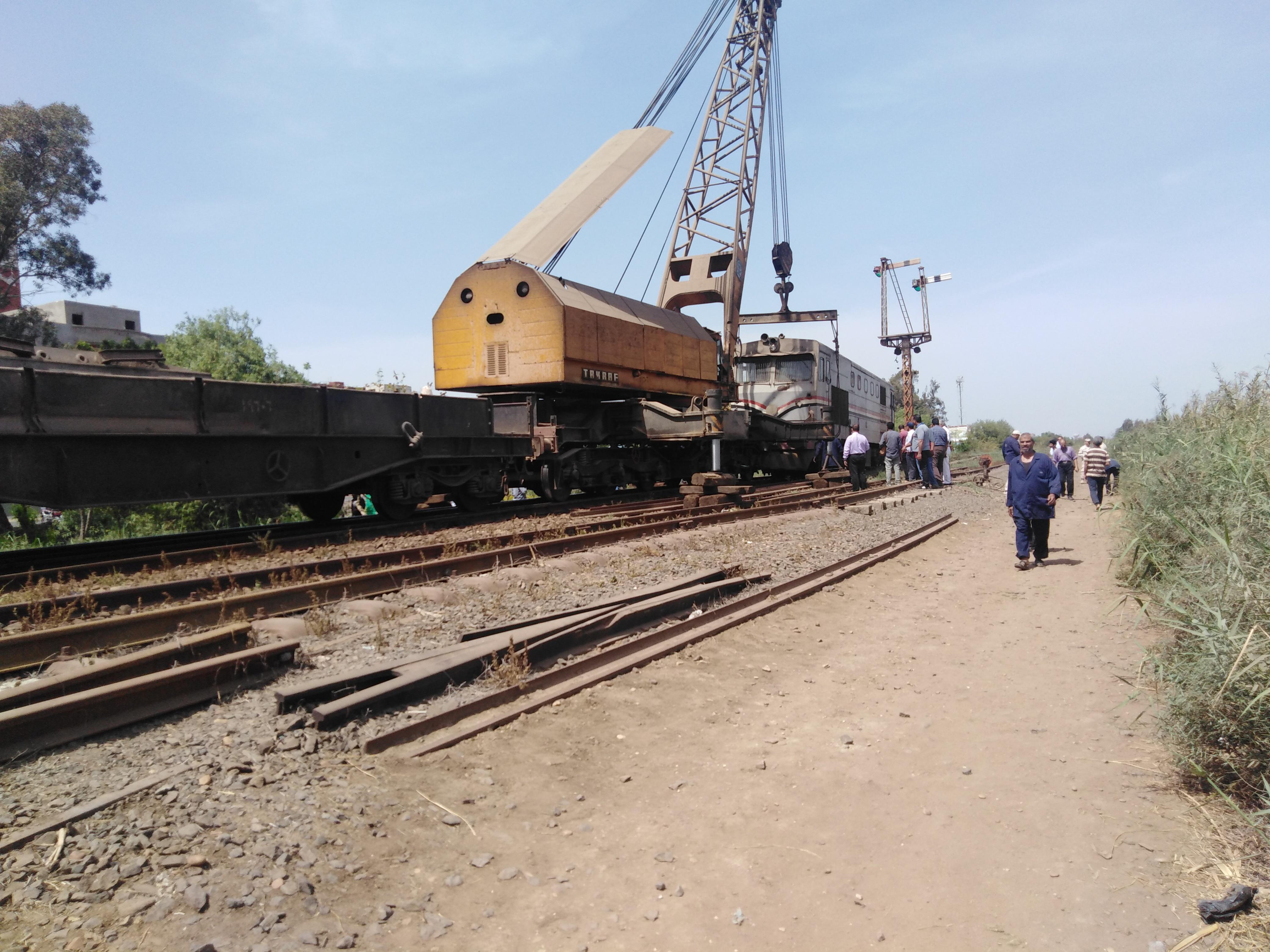 رفع الجرار بعد فصل العربات لعودة حركة القطارات (1)