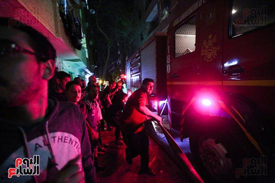 الأهالى يساعدون قوات الحماية المدنية فى عمليات الإطفاء
