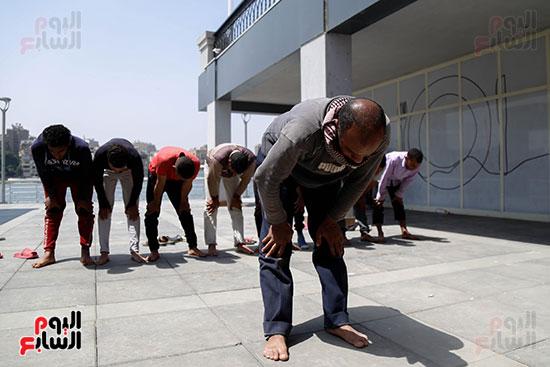 عمال مشروع مثلث ماسبيرو يصلون فى أوقات راحتهم