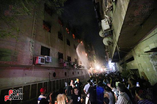 قوات الحماية المدنية تحاول السيطرة على حريق  كنيسة مارمينا  بالعمرانية