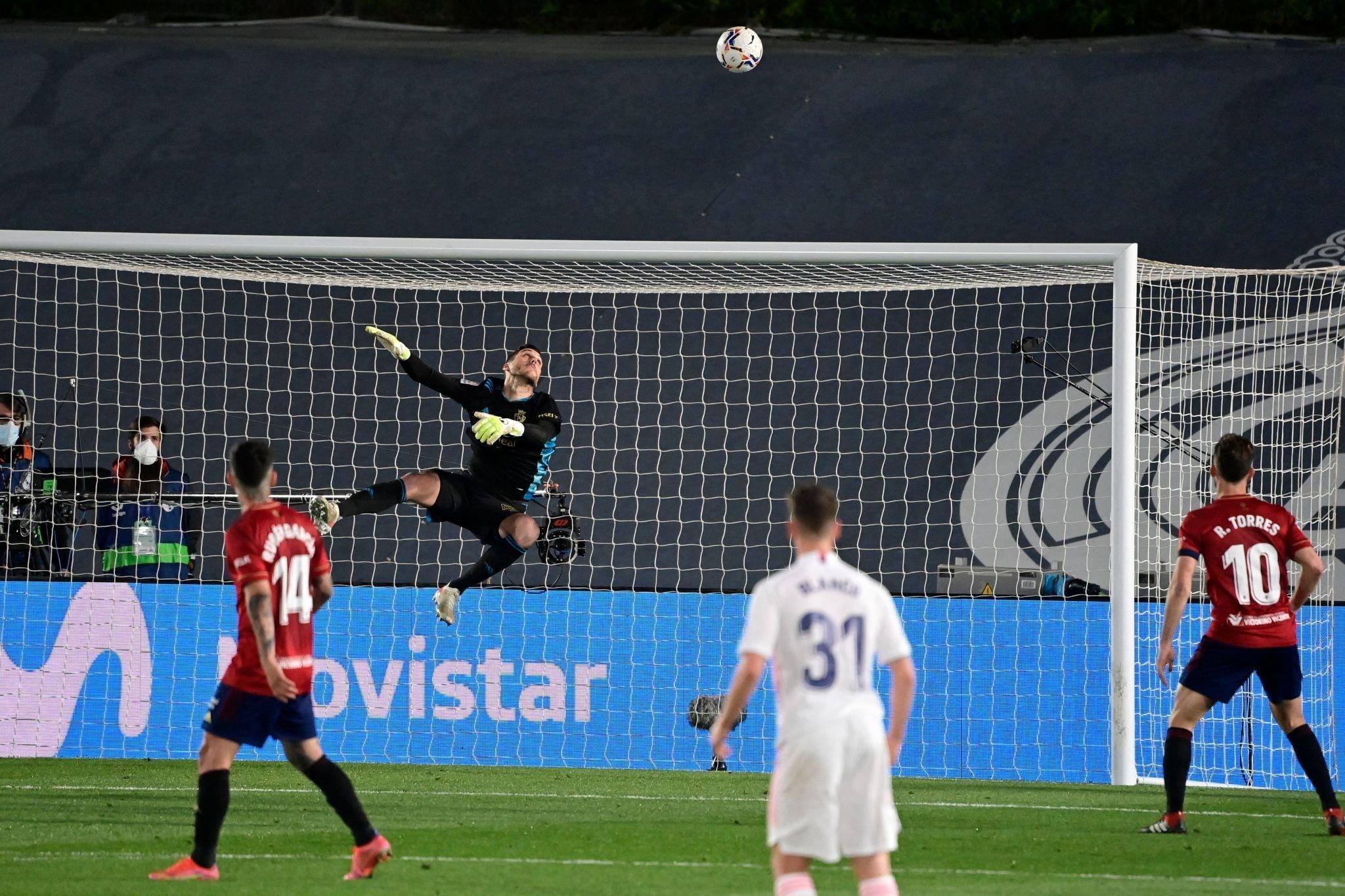 حارس أوساسونا ينقذ إحدى فرص ريال مدريد