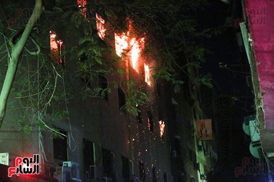 قوات الحماية المدنية تحاول السيطرة على حريق  كنيسة مارمينا