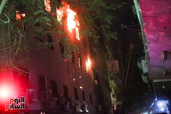 قوات الحماية المدنية تحاول السيطرة على الحريق