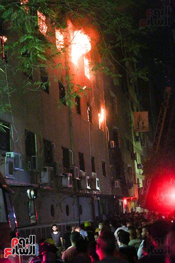 جانب من محاولات السيطرة على الحريق