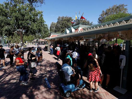 ينتظر الناس لدخول حديقة ديزني لاند في يوم إعادة افتتاحها
