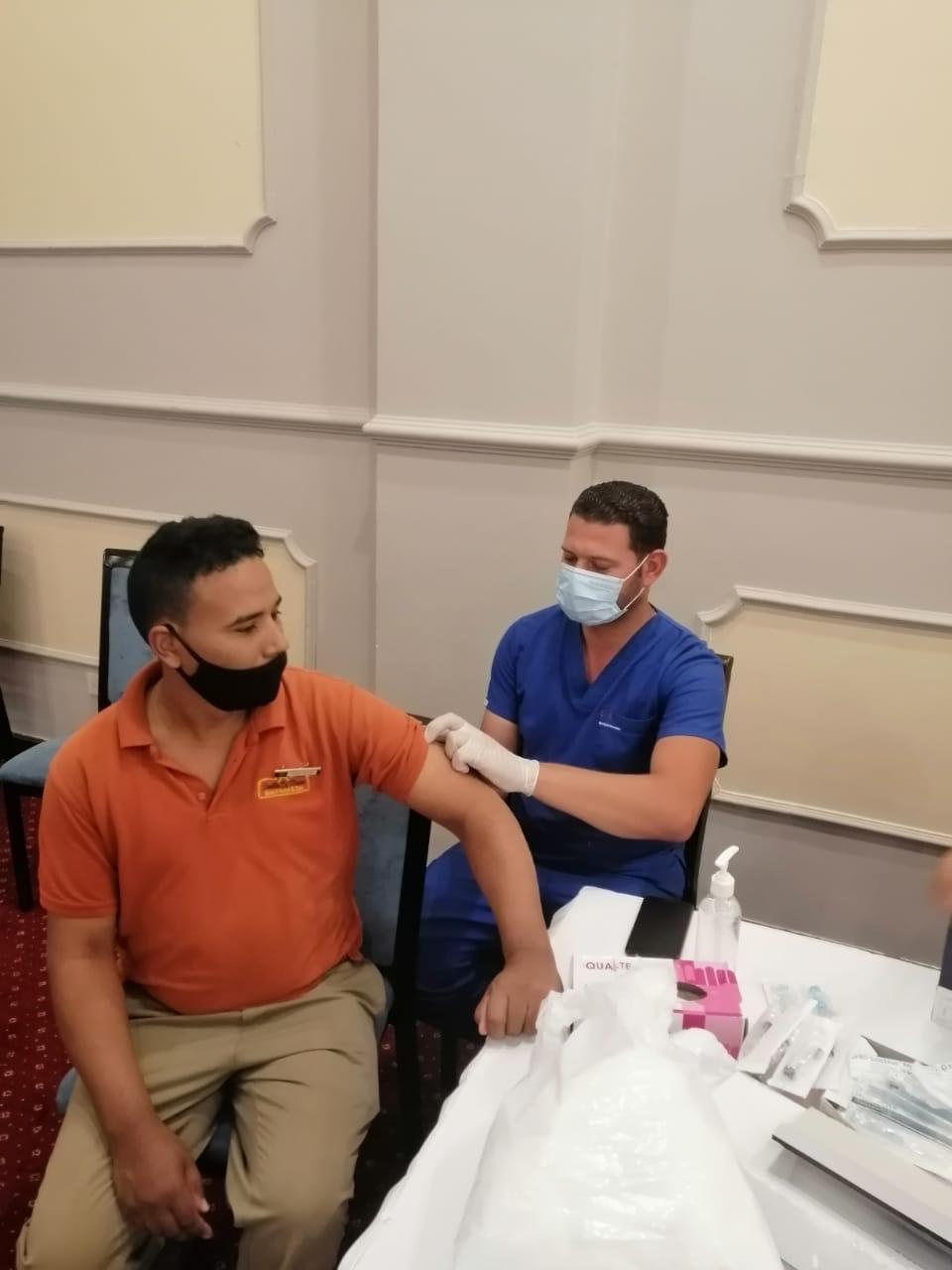 جانب من تطعيم العاملين بالسياحة بلقاح كورونا