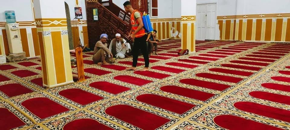 متطوعون شباب يعقمون المساجد (3)