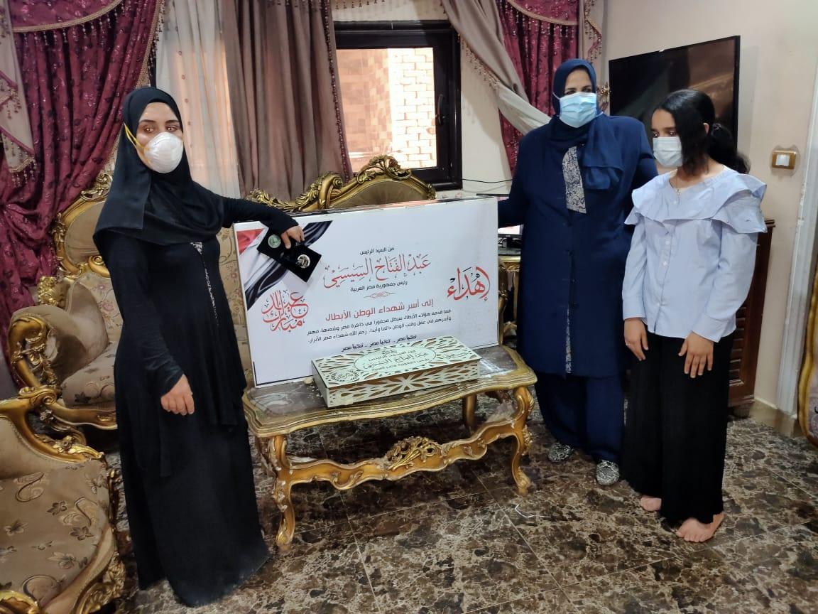 هدايا الرئيس السيسى لأسر شهداء الأطقم الطبية