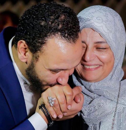 احمد خالد صالح يقبل يد والدته