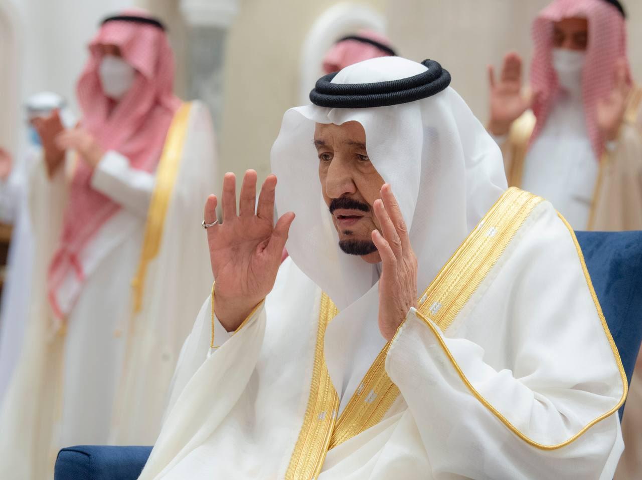 خادم الحرمين الشريفين يؤدي صلاة العيد