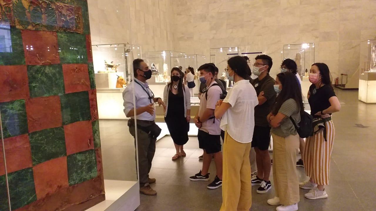 السائحون داخل متحف الحضارة