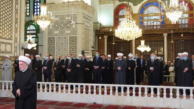الأسد يؤدى صلاة عيد الفطر