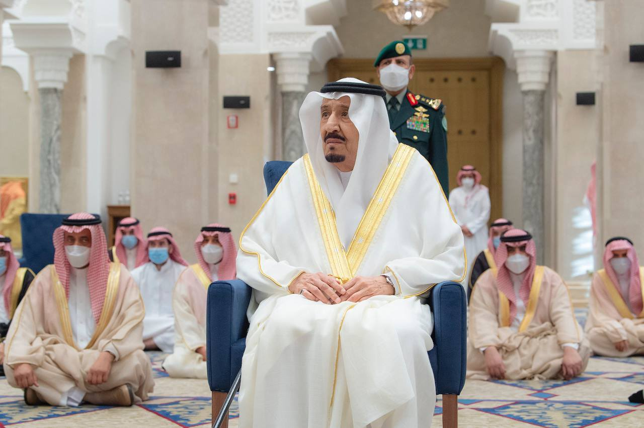 خادم الحرمين يؤدي صلاة العيد