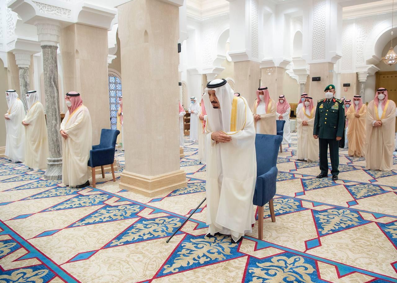 خادم الحرمين يؤدي صلاة عيد الفطر المبارك