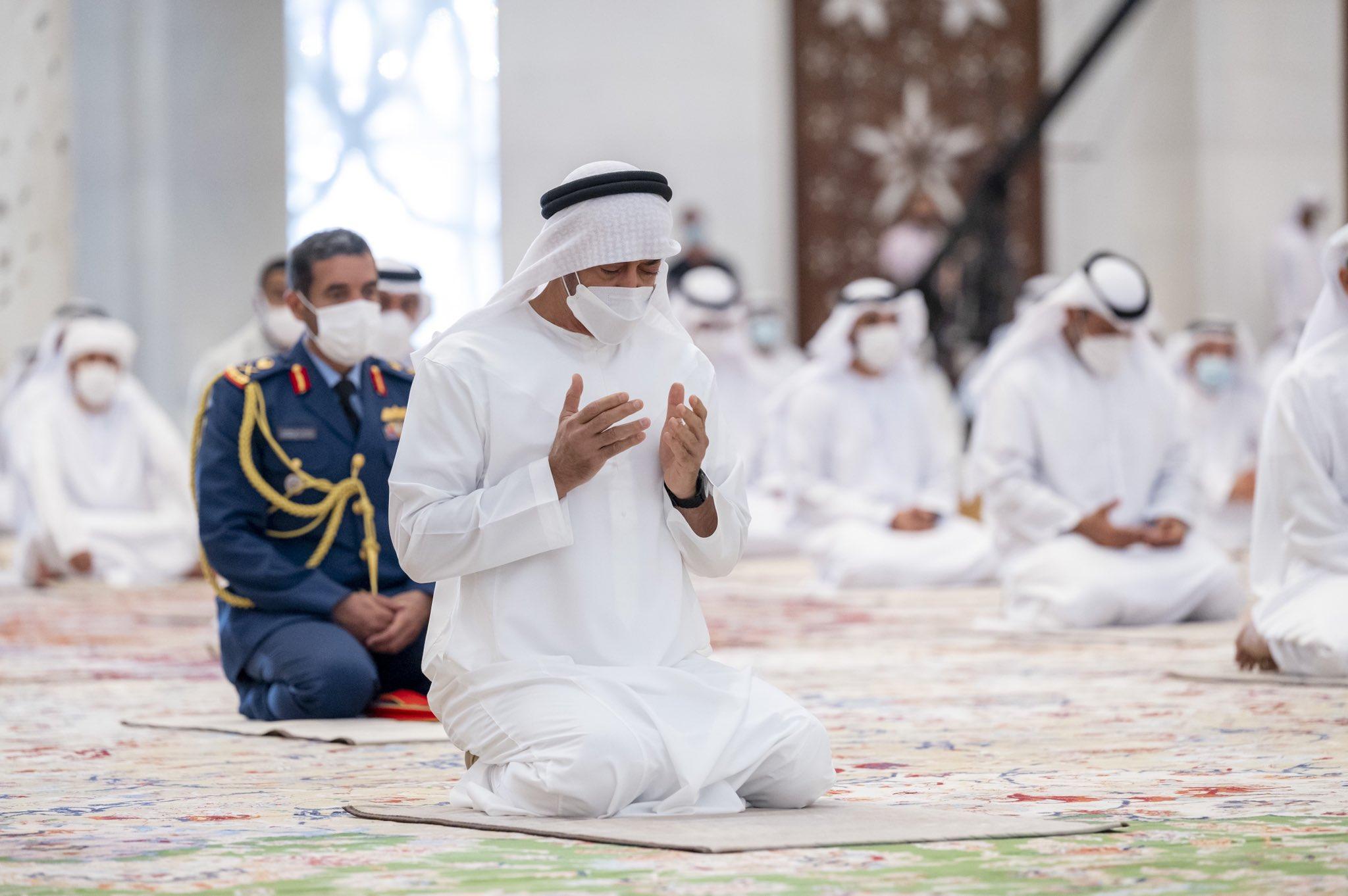 محمد بن زايد يؤدى الصلاة فى جامع زايد الكبير
