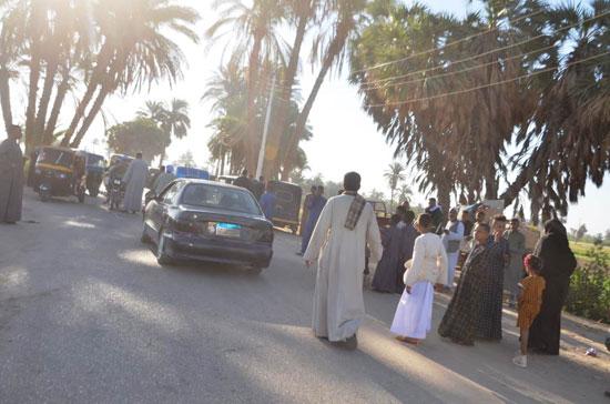 المواطنين-يلتزمون-بمنع-الاحتفالات-بالعيد-فى-أسوان--(2)