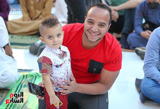 مواطن يحتفل مع نجله بعيد الفطر