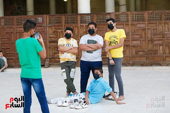صورة تذكارية للأصدقاء أمام مسجد عمرو بن العاص