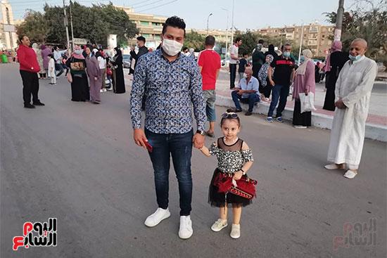 أب وابنته فى زى العيد