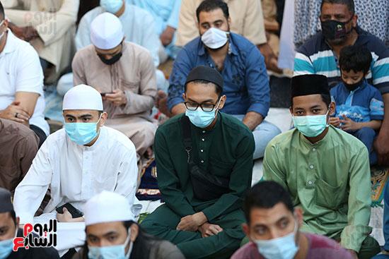 الالتزام بارتداء الكمامة خلال صلاة عيد الفطر