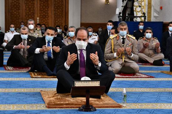 الرئيس السيسي وكبار رجال الدولة يؤدون صلاة عيد الفطر بمسجد الماسة بالعلمين الجديدة (4)