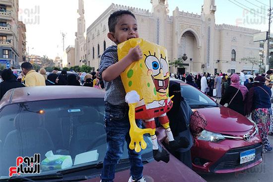سبونج بوب يحتفل مع الأطفال أمام مسجد أبو بكر الصديق