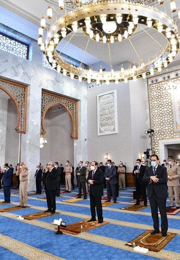 الرئيس السيسي وكبار رجال الدولة يؤدون صلاة عيد الفطر بمسجد الماسة بالعلمين الجديدة (5)