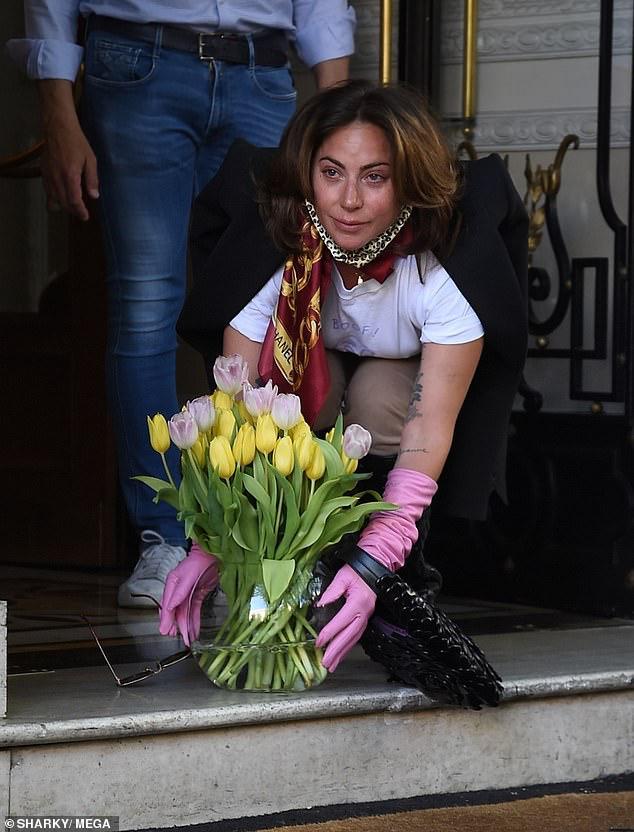 ليدي جاجا تبكي قبل مغادرة روما